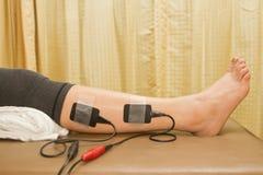 Physiothérapie, femme avec le stimulateur eletrical Photos libres de droits