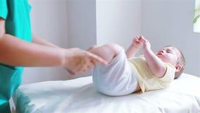 Physiothérapie pour des bébés aux jambes banque de vidéos