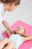 Physiothérapie professionnelle d'enfants photo stock