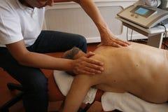 Physiothérapie sur l'épaule Photographie stock libre de droits