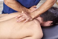 Physioth?rapeute donnant un massage arri?re Chiropractie, ost?opathie, th?rapie manuelle, acupressure photo libre de droits