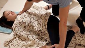 Physioth?rapeute masculin massant la jambe d'un patient dans la salle de physioth?rapie Traitement, massage, r?adaptation banque de vidéos