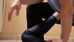 Physioth?rapeute masculin massant la jambe d'un patient dans la salle de physioth?rapie Traitement, massage, r?adaptation clips vidéos
