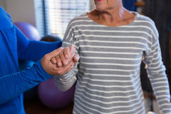 Physiotherapeut, der Hand des älteren Patienten hält Stockbilder