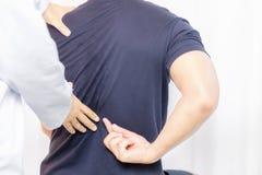 Physiotherapeut, der mit Patienten in der Klinik arbeitet lizenzfreie stockfotos