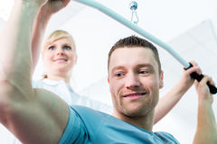 Physiotherapeut, der Sportrehabilitation mit Patienten tut Stockfotos