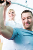 Physiotherapeut, der Sportrehabilitation mit Patienten tut Lizenzfreie Stockfotos