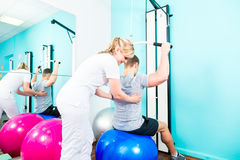 Physiotherapeut, der Sportrehabilitation mit Patienten tut Stockbilder