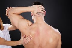 Physiotherapeut Giving Shoulder Massage stockfoto