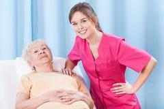 Physiotherapeut und älterer Patient lizenzfreie stockfotografie