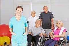 Physiotherapeut vor Gruppe älteren Leuten Stockbild