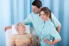Physiotherapeuten, die mit Patienten sprechen stockbild