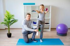 Physiotherapeuten, die an Rehabilitation arbeiten lizenzfreie stockbilder