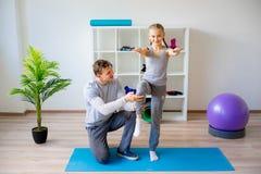 Physiotherapeuten, die an Rehabilitation arbeiten stockbilder