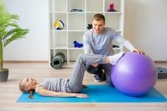 Physiotherapeuten, die an Rehabilitation arbeiten stockfotos