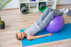 Physiotherapeuten, die an Rehabilitation arbeiten lizenzfreies stockfoto