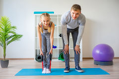 Physiotherapeuten, die an Rehabilitation arbeiten lizenzfreies stockbild
