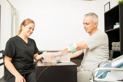 Physiotherapeuten-Giving Electrotherapy To-Patient bei Tisch in Hos stockbild