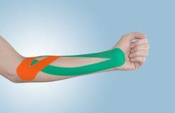 Physiotherapie für die Ellbogenschmerz, -schmerzen und -spannung Lizenzfreie Stockfotos