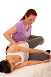 Physiotherapie - Therapeut, der mit dem Patienten, arbeitend an L excercising ist Lizenzfreie Stockbilder