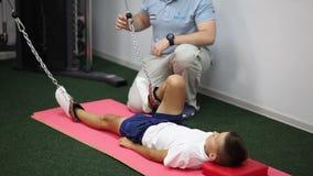 Physiotherapie: Trainieren Sie unter Überwachung des Physiotherapeuten Treatment der Schmerz im Dorn stock video