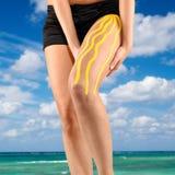 Physiotherapiebehandlung mit therapeutischem Band für die Beinschmerz Lizenzfreie Stockfotos