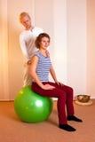 Physiotherapist исправляясь, позиция Стоковое Изображение