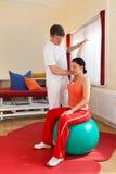 Physiotherapist работая с пациентом Стоковое фото RF