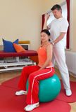 Physiotherapist работая с пациентом Стоковые Изображения