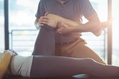 Physiotherapist daje kolanowej terapii kobieta fotografia stock