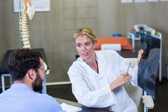 Physiotherapist explaining x-ray to patient Royalty Free Stock Photos