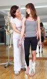 Physiotherapist i pacjent z nożnym urazem Zdjęcia Royalty Free