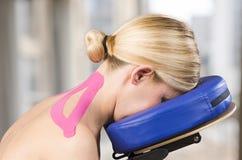Physiotherapist, kręgarza kładzenie na różowej kinesio taśmie na wo obrazy stock