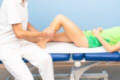Physiotherapist podczas łydkowego masażu atleta fotografia stock
