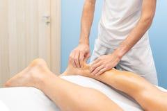 Physiotherapist podczas Achilles ścięgna traktowania obraz stock