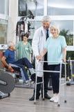 Physiotherapist Pomaga kobiety Z piechurem W sprawności fizycznej centrum Zdjęcie Stock
