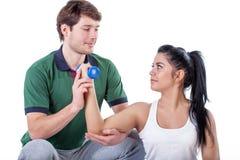 Physiotherapist robi ćwiczeniu z jego pacjentem zdjęcia stock