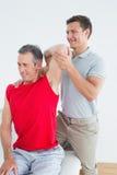Physiotherapist rozciąga uśmiechnięty dojrzałego obsługuje rękę Zdjęcie Stock