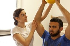 Physiotherapists ćwiczy z piłką Zdjęcia Stock