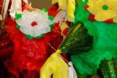 Piñata brilhantemente colorido pronto para encher-se com os doces e os brinquedos pequenos para uma celebração mexicana - fundo  fotografia de stock royalty free