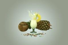 piña colada飞溅与菠萝切片的 库存照片