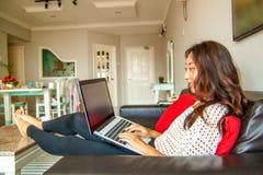Piękna azjatykcia chińska kobieta używa laptop zdjęcie stock