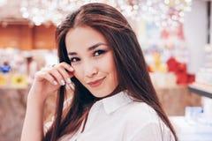 Piękna długie włosy azjatykcia uśmiechnięta dziewczyny młoda kobieta w sklepowym supermarkecie kosmetyki, pachnidła, bezcłowi zdjęcie royalty free
