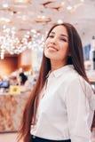 Piękna długie włosy azjatykcia uśmiechnięta dziewczyny młoda kobieta w sklepowym supermarkecie kosmetyki, pachnidła, bezcłowi zdjęcie stock