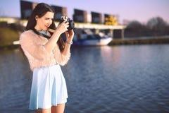 Piękna dziewczyna na molu blisko rzeki Model w błękit sukni z długie włosy Dziewczyna przy gorącym słonecznym dniem bierze obrazk obrazy stock