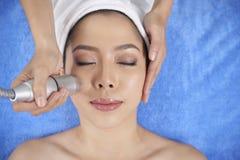 Piękna etniczna kobieta ma twarzy traktowania procedurę fotografia royalty free