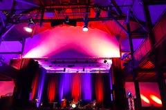 Piękna filharmonia w jaskrawych purpurach fiołek i czerwone światło, z metalu costruction i profesjonalisty oświetleniem Defocuse obraz royalty free