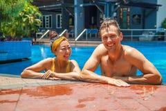 Piękna fotografia szczęśliwa para w basenu gawędzeniu z each inny obrazy stock