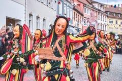Piękna i rozochocona carnaval postać z dzwonami Uliczny karnawał w południowym Niemcy - Czarny las obraz stock