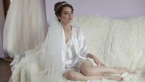 Piękna i urocza panna młoda w nocy todze na łóżkowej pobliskiej ślubnej sukni Ślubny ranek Dosyć i przygotowywałam kobieta zbiory